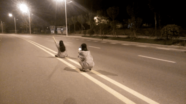 chinaselfie 1 - Shocking: Two Girls in the Middle of a Road and Selfie
