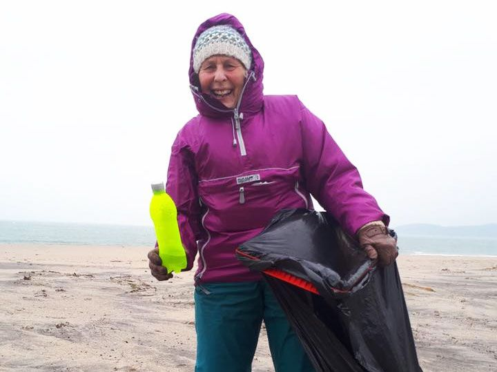 pat smith beach cleaner uk 2 - 70-Year-Old Woman Cleans 52 Beaches In One Year