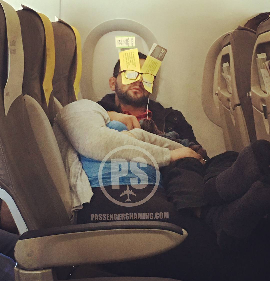 people travelling in aricraft funny pictures 4 - Just see these shocking pictures inside the flight