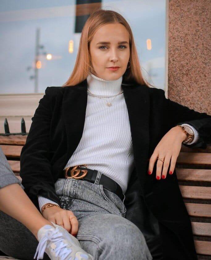 woman wearing gucci belt
